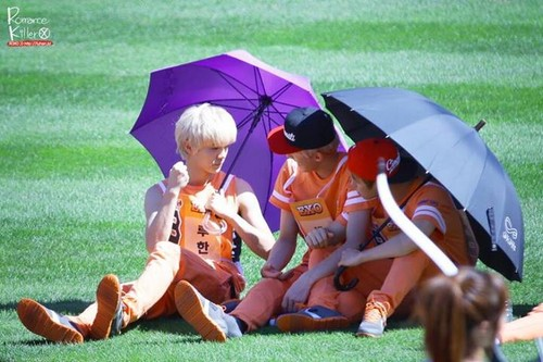 Luhan (루한) wallpaper possibly containing a parasol called 130903 Idol Athletics Championship