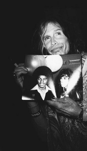 Steven Tyler menunjukkan his picture with Michael