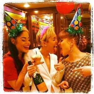 Miley celebrating her bday backstage wid frndzzz