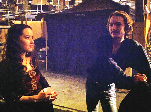 Reign [TV Show] wolpeyper possibly containing a konsiyerto and a sign titled Anna Popplewell and Toby Regbo