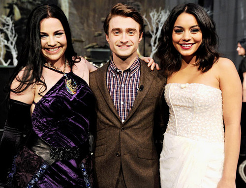 Sini12 바탕화면 with a bridesmaid, a 공식 만찬, 저녁 식사 dress, and a 칵테일 dress titled Daniel Radcliffe was flanked 의해 Evanescence's Amy Lee and Vanessa Hudgens