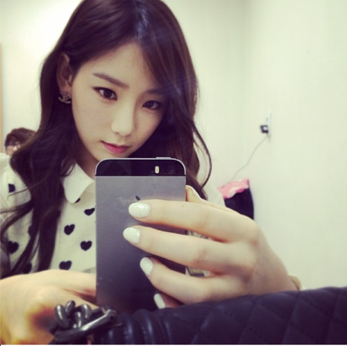 taeyeon (snsd) wallpaper possibly containing a cellular telephone titled Taeyeon Instagram Update