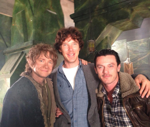 द हॉबिट वॉलपेपर containing a business suit called Martin Freeman (Bilbo), Benedict Cumberbatch (Smaug), and Luke Evans (Bard)