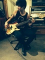 Calum playing bas, bass gitaar