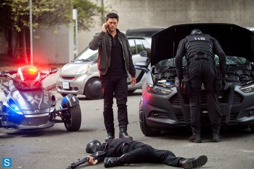 Almost Human achtergrond with a straat entitled Almost Human - Episode 1.05 - Blood Brothers - Promotional foto's