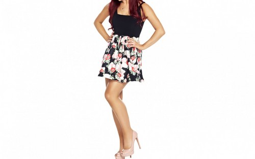 Ariana Grande karatasi la kupamba ukuta possibly containing a chemise, a cocktail dress, and a sundress entitled Ariana Grande