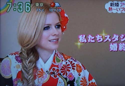 avril lavigne wallpaper with a kimono titled Zip TV jepang
