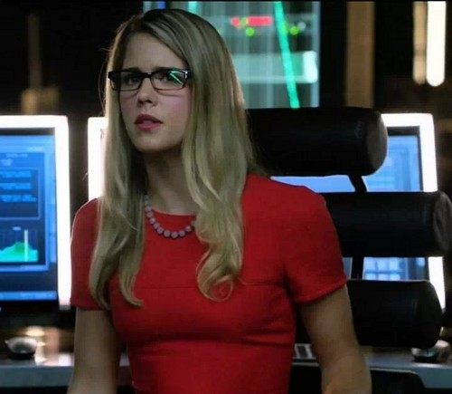 Emily Bett Rickards karatasi la kupamba ukuta possibly with a portrait entitled Felicity in her awesome red dress