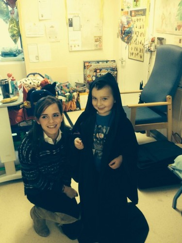 Emma Watson wallpaper entitled Visiting children in Great Ormond Street Hospital in London (11.12.2013)