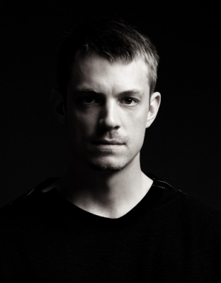 Joel Kinnaman দেওয়ালপত্র with a jersey entitled Joel Kinnaman