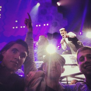 JT photobombs his fan & appeared in their selfie photo!