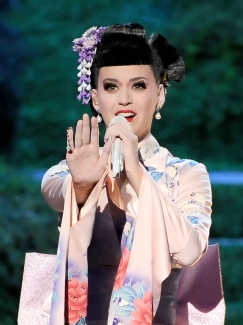 "Katy @ 2013 AMA perf. ""Unconditionally"""