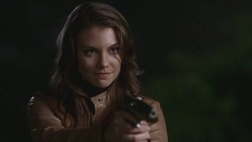 Lauren Cohan achtergrond probably with a well dressed person and a portrait titled LC as Bela Talbot in SPN Screencaps