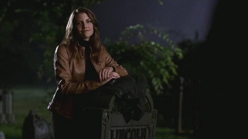 Lauren Cohan achtergrond possibly with a straat called LC as Bela Talbot in SPN Screencaps