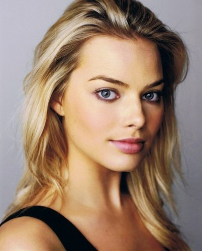 Margot Robbie kertas dinding containing a portrait and attractiveness entitled Margot Robbie