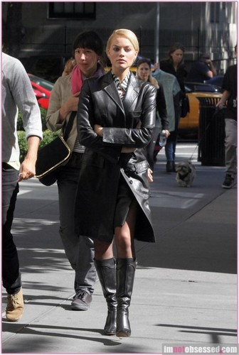 Margot Robbie kertas dinding with a business suit titled Margot Robbie