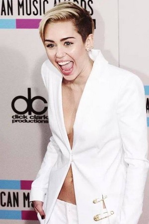 Miley in white कोट nd pants with सोना accessories