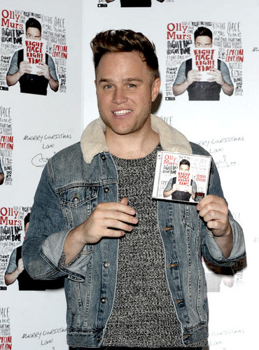Olly Murs वॉलपेपर with a newspaper and a sign called Olly's selfie signing