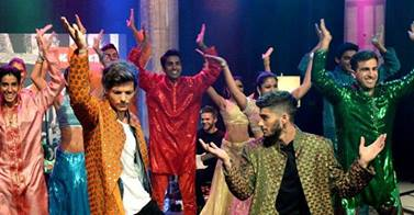 One Direction wallpaper titled Zayn and Louis, Indian Dance (1D Day)<3