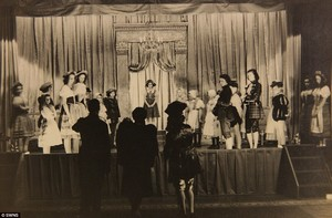 Princess Margaret and Princess Elizabeth in the play अलादीन