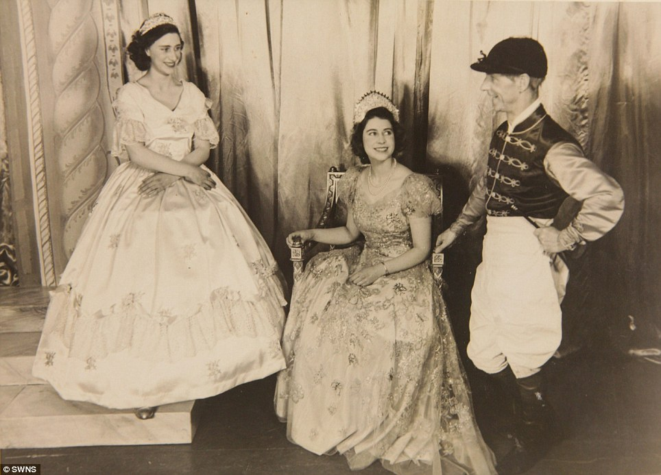 퀸 performed alongside Princess Margaret in 신데렐라 in 1941