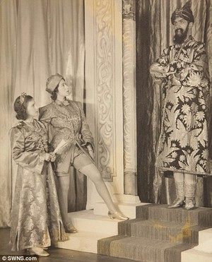 क्वीन performed alongside Princess Margaret in सिंडरेला in 1941