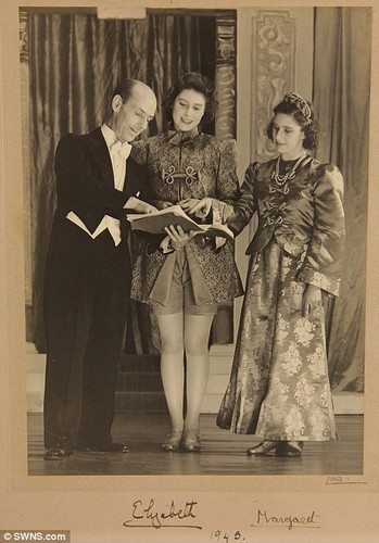 Queen Elizabeth II achtergrond entitled Queen performed alongside Princess Margaret in Cinderella in 1941