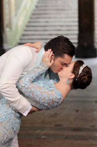 wachumba wa tevevisheni karatasi la kupamba ukuta called Chuck and Blair wedding kiss