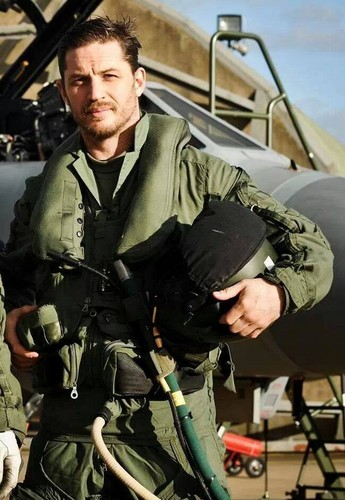 Tom Hardy wallpaper with a green beret, a rifleman, and fatigues entitled Tom Hardy Flies Tornado