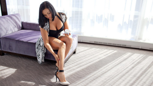 WWE Divas achtergrond possibly containing bare legs, hosiery, and a chemise called Diva dag Off: Aksana