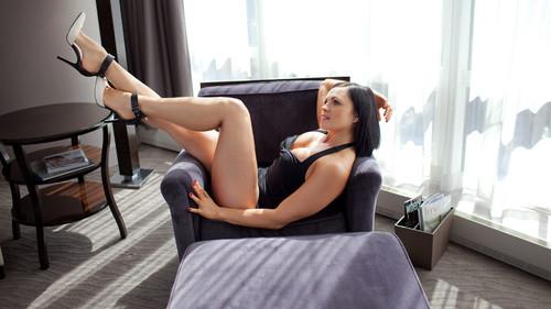 Diva WWE kertas dinding containing a living room entitled Diva hari Off: Aksana