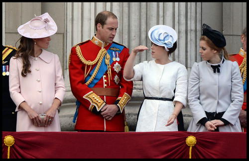 Ratu Elizabeth II kertas dinding possibly with dress blues called princess beatrice and prince eugeine