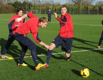Arsenal karatasi la kupamba ukuta containing a soccer ball called Arsenal Training