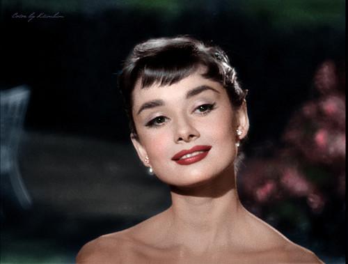 오드리 헵번 바탕화면 with a portrait titled Audrey Hepburn