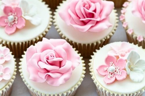 Cupcakes wallpaper with a cupcake, a bouquet, and a rose entitled Sweet Cupcakes