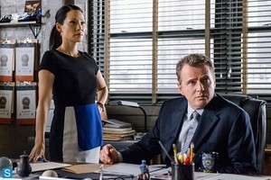 Elementary - Episode 2.13 - All In The Family - Promotional foto's