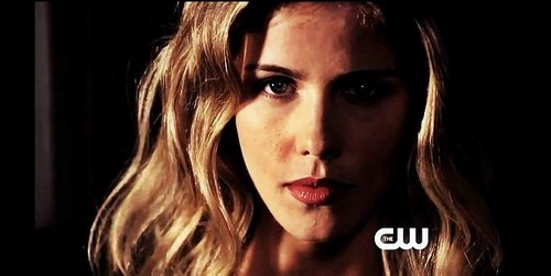 Emily Bett Rickards karatasi la kupamba ukuta with a portrait called Emily Bett Rickards