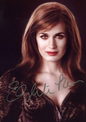 Esme's picture signed によって Elizabeth Reaser.