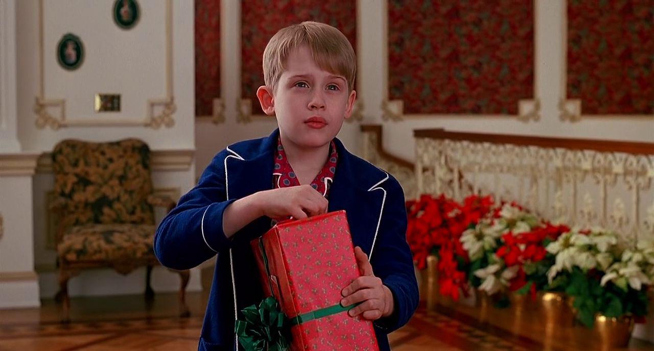 ホームアローン2でプレゼントを開けるケヴィンの壁紙