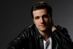 Josh Hutcherson দ্বারা Mary Ellen Matthews for SNL on November 21, 2013