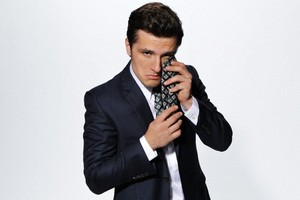 Josh Hutcherson sa pamamagitan ng Mary Ellen Matthews for SNL on November 21, 2013