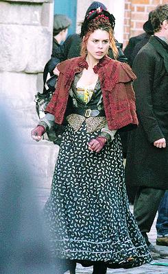 Billie Piper (Brona Croft)