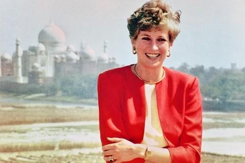 taj mahal wallpaper titled Princess Diana at the Red Fort in front of the Taj Mahal in 1992