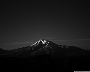 Black and White Mountain 壁纸