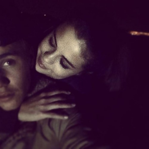 瑟琳娜·戈麦斯 壁纸 possibly with a portrait entitled Selena, Justin, Instagram, 2014