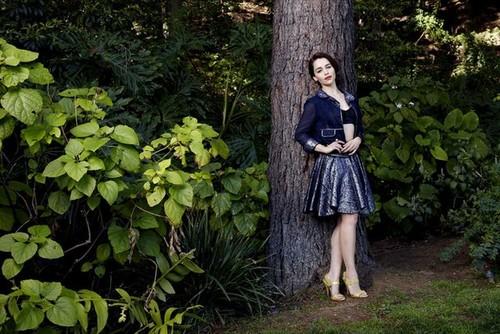 এমিলিয়া ক্লার্কে দেওয়ালপত্র containing a beech and a mahogany titled Emilia Clarke