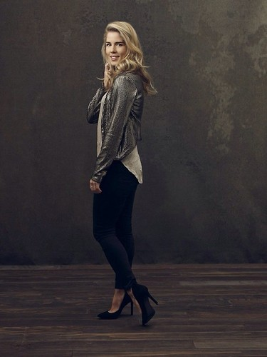 Emily Bett Rickards 壁纸 probably with a hip boot, a well dressed person, and a legging called emily bett rickards
