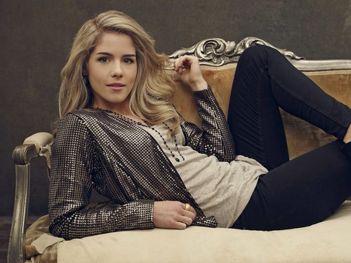 Emily Bett Rickards Hintergrund possibly containing bare legs, a hip boot, and a living room titled Emily Bett Rickards