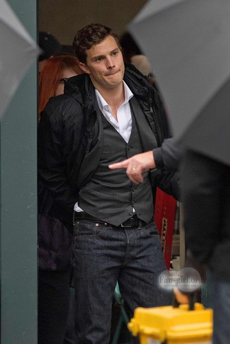Fifty Shades of Grey Hintergrund containing a business suit entitled Jamie on the set of Fifty Shades of Grey