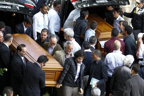 célébrités mortes jeunes fond d'écran probably containing a street, a tailgate, and a poubelle, benne à ordures entitled Former Venezuelan Beauty Queen Monica Spear's Funeral